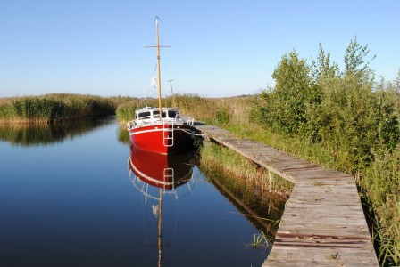 Picture no: 9842192 Ein rotes Segelboot Created by: TinaDeFortunata