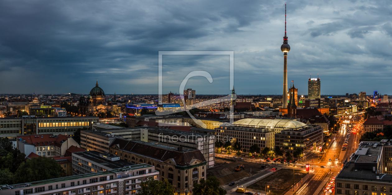 Skyline Berlin am Abend Panorama bewölktregnerisch als