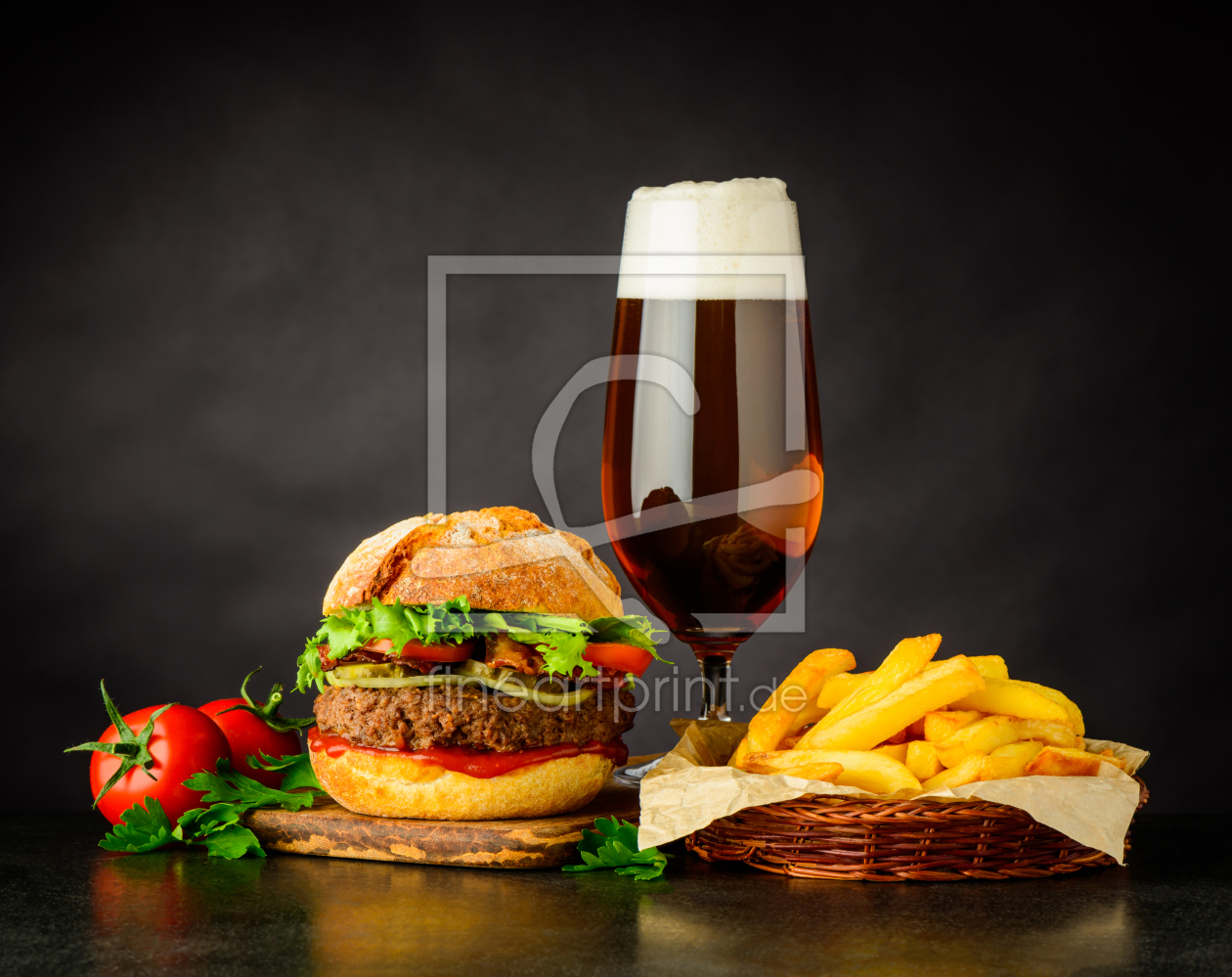 burger mit bier un fritten als schieferplatte von xfotostu. Black Bedroom Furniture Sets. Home Design Ideas